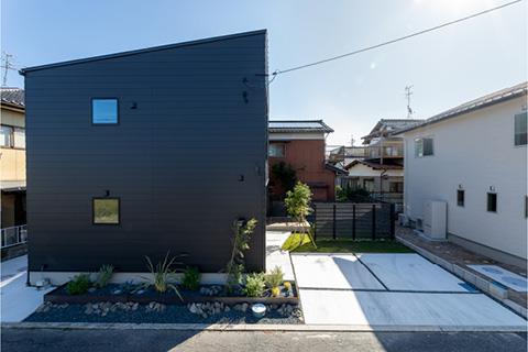 アウトドアリビングのある箱型ブラックモダン住宅|米子市両三柳