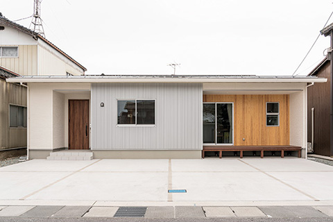 片流れ屋根が作る木質感あふれる勾配天井の平屋 境港市蓮池町
