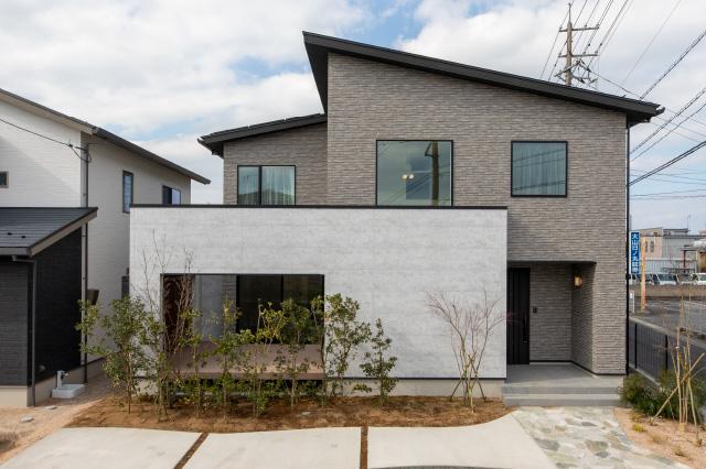 ダイナミックな吹き抜けと青空リビングのある家|米子市両三柳